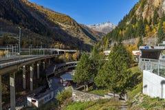 Il panorama delle alpi e Lotschberg scavano una galleria sotto la montagna, Svizzera Immagini Stock