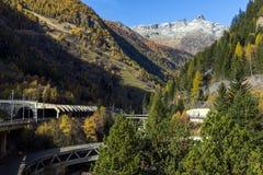 Il panorama delle alpi e Lotschberg scavano una galleria sotto la montagna, Svizzera Fotografia Stock