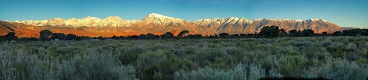 Il panorama delle sierre orientali si avvicina al vescovo, la California fotografie stock