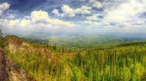 Il panorama di HDR delle montagne Immagine Stock