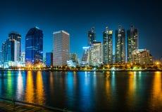 Il panorama di paesaggio urbano con i grattacieli ed il cielo allineano di notte dal parco di Benjakitti a Bangkok, Tailandia fotografia stock libera da diritti
