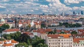 Il panorama di Praga Città Vecchia con rosso copre il timelapse, il ponte famoso di Charles ed il fiume della Moldava, repubblica video d archivio