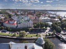 Il panorama di Vyborg ed il sentiero costiero dall'allerta si elevano nel castello di Vyborg, effetto della sfuocatura dello spos Fotografie Stock Libere da Diritti