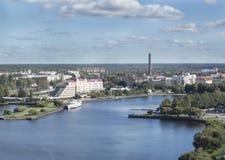 Il panorama di Vyborg ed il sentiero costiero dall'allerta si elevano nel castello di Vyborg, effetto della sfuocatura dello spos Fotografie Stock