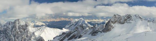 Il panorama drammatico di neve ha ricoperto i picchi di montagna i Fotografie Stock
