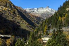 Il panorama stupefacente delle alpi e Lotschberg scavano una galleria sotto la montagna Fotografie Stock Libere da Diritti