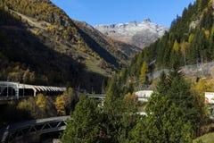 Il panorama stupefacente delle alpi e Lotschberg scavano una galleria sotto la montagna Fotografie Stock