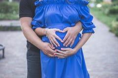 Il papà abbraccia la sua moglie incinta Fotografia Stock
