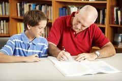Il papà aiuta il figlio con lavoro Fotografie Stock Libere da Diritti