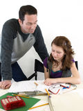 Il papà aiuta la figlia a studiare immagini stock libere da diritti