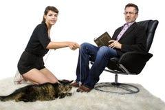 Il papà allergico odia il gatto dell'animale domestico Immagini Stock Libere da Diritti