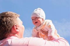 Il papà alza il suo bambino gioioso Fotografia Stock