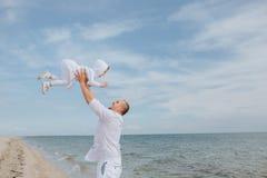Il papà ha gettato sulla figlia e la prende Fotografia Stock
