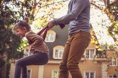 Il papà ha gioco con la sua bambina Fotografie Stock Libere da Diritti