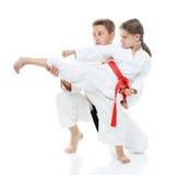 Il papà insegna alla giovane gamba di scossa del battito della figlia Fotografie Stock