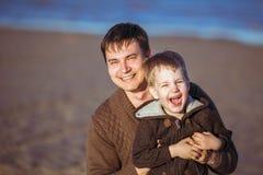 Il papà sta abbracciando il suo piccolo figlio Fotografie Stock Libere da Diritti