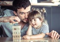 Il papà sta giocando con sua figlia fotografia stock libera da diritti