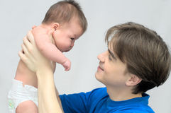 Il papà tiene un bambino Fotografie Stock
