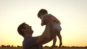 Il pap? getta sulla sua figlia nel cielo bambino felice di infanzia con i genitori Il padre ha gettato il livello del bambino Il  archivi video