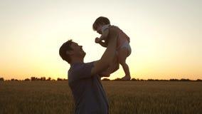 Il pap? getta sulla sua figlia nel cielo bambino felice di infanzia con i genitori Il padre ha gettato il livello del bambino Il  video d archivio