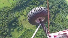 Il paracadute autoalimentato spinge nell'aria sopra la foresta, campo stock footage