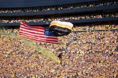Il parachutist disperso nell'aria degli Stati Uniti viaggia oltre la folla a Fotografia Stock Libera da Diritti