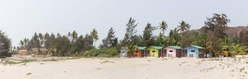 Il paradiso tropicale è una spiaggia sabbiosa con i bungalow variopinti Fotografie Stock