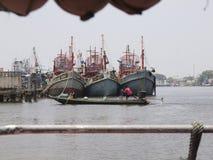 Il parcheggio del peschereccio al porto di pesca in Thail del sud immagini stock