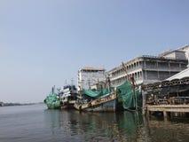 Il parcheggio del peschereccio al porto di pesca in Thail del sud fotografie stock