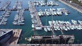 Il parcheggio dell'yacht, lotto del porticciolo di A, yacht e barca a vela è attraccato alla banchina, alla vista aerea degli yac archivi video
