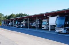 Il parcheggio di stoccaggio del veicolo ricreativo di rv ha coperto il garage fotografie stock libere da diritti