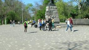 Il parco C'è molta gente che cammina qui weekend video d archivio