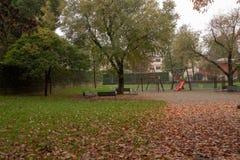 Il parco con le foglie di autunno di t immagini stock