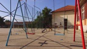 Il parco dei bambini con l'attrezzatura del gioco video d archivio