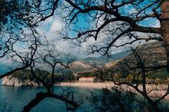 Il parco Milocer, villa, regina della spiaggia Vicino all'isola di Sveti Stefan nel Montenegro immagine stock