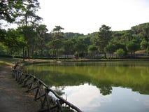 Il parco romano della città con un piccolo lago nel centro immesed nel verde Tribuna romana del Th Fotografia Stock