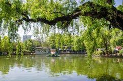 Il parco verde del lago anche conosciuto come Cui Hu Park è uno di parchi più bei nella città di Kunming immagine stock libera da diritti