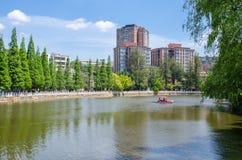 Il parco verde del lago anche conosciuto come Cui Hu Park è uno di parchi più bei nella città di Kunming Fotografia Stock