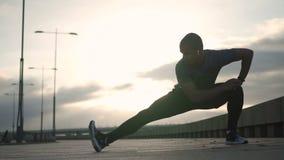Il pareggiatore afroamericano che allunga le gambe per risolve stock footage