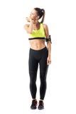 Il pareggiatore femminile sportivo atletico nel riscaldamento degli abiti sportivi che allunga il collo muscles Fotografie Stock Libere da Diritti