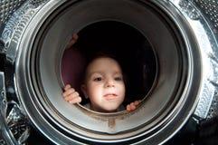 Il pari del ragazzo in ottiene la vecchia rondella Fotografia Stock Libera da Diritti