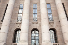 Il Parlamento alloggia, particolare del frontal delle colonne. Helsinki Fotografia Stock