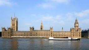 Il Parlamento britannico con la barca Fotografie Stock Libere da Diritti