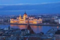 Il Parlamento a Budapest dopo il tramonto Immagini Stock