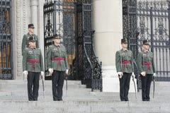 Il Parlamento custodice In Front Of Hungarian Parliament Building, Budapest, Ungheria fotografie stock