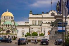 Il Parlamento dello stato bulgaro e una chiesa magnifica in Sofia Bulgaria come componente di un'Europa unita e dell'Unione Europ fotografie stock