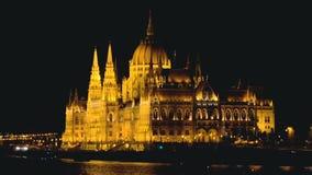 Il Parlamento di Budapest alla notte archivi video