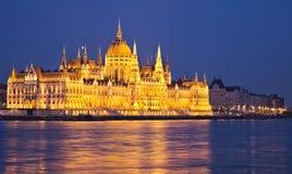 Il Parlamento di Budapest alla notte con la riflessione in Danubio fotografia stock