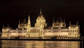 Il Parlamento di Budapest alla notte - vista laterale Fotografia Stock