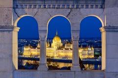 Il Parlamento osserva dal bastione del pescatore, Budapest, Ungheria Immagini Stock